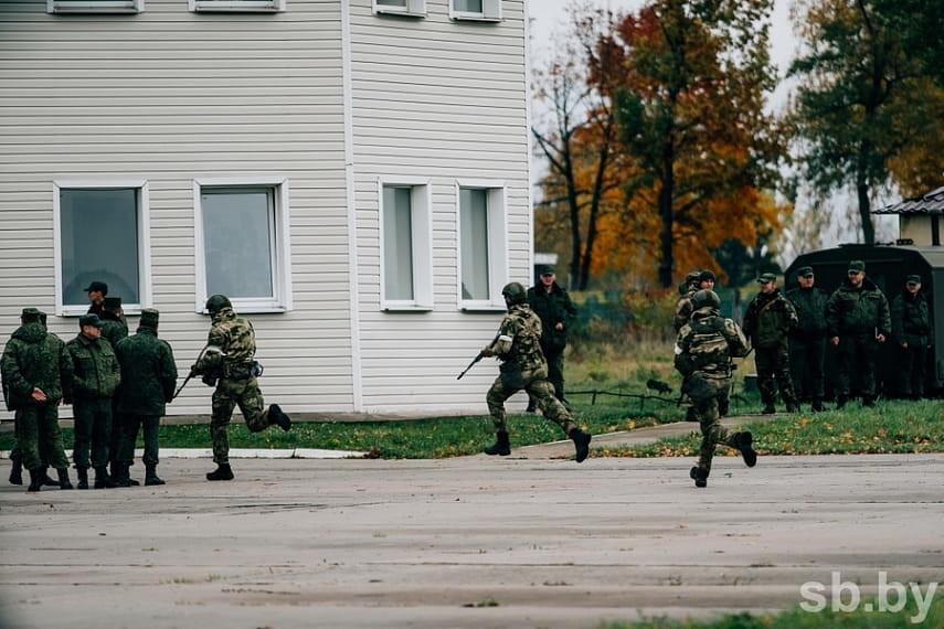 Фоторепортаж: в Бобруйске спецназ освобождал «захваченный» аэродром