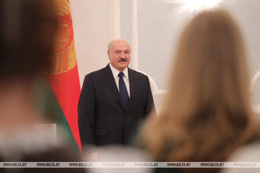 александр лукашенко вручил паспорт ученице бобруйской гимназии