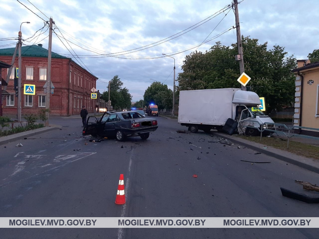 «Ауди» не уступил дорогу «Фольксвагену» в Бобруйске – один из водителей в больнице