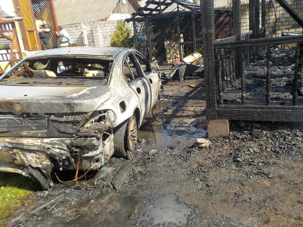 Пожар в Титовке: сгорела беседка и повреждён автомобиль