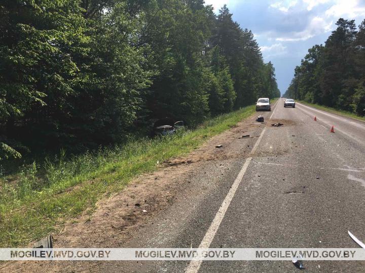 Под Бобруйском Opel врезался в Ford и вылетел в кювет: пострадали водитель и 8-летняя пассажирка