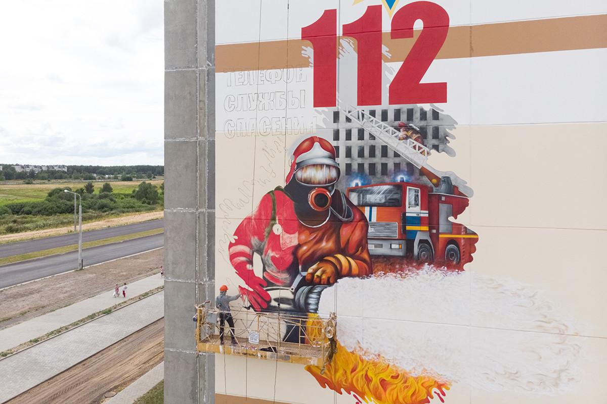 Бобруйские спасатели подарили городу граффити на новом доме