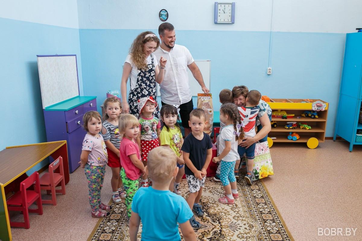 В Мышковичах молодожёнам вместо цветов дарили игрушки: они их передали в детский сад