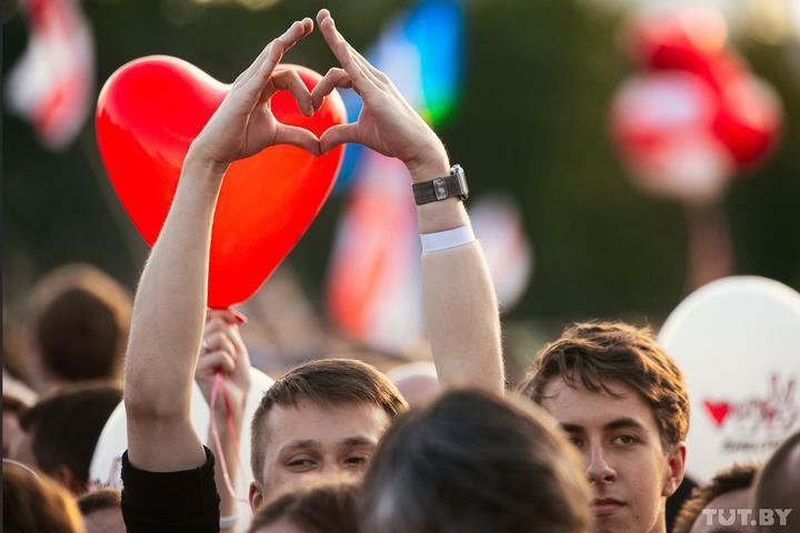 Десятки тысяч человек, слезы, песни, мечты о переменах: как в Минске прошел большой митинг Тихановской
