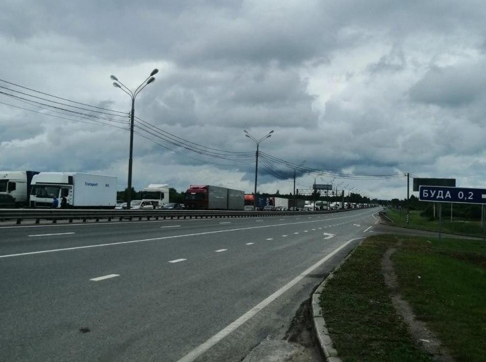 На границе образовались очереди на въезд в Беларусь со стороны России. Россияне переписывают данные белорусов
