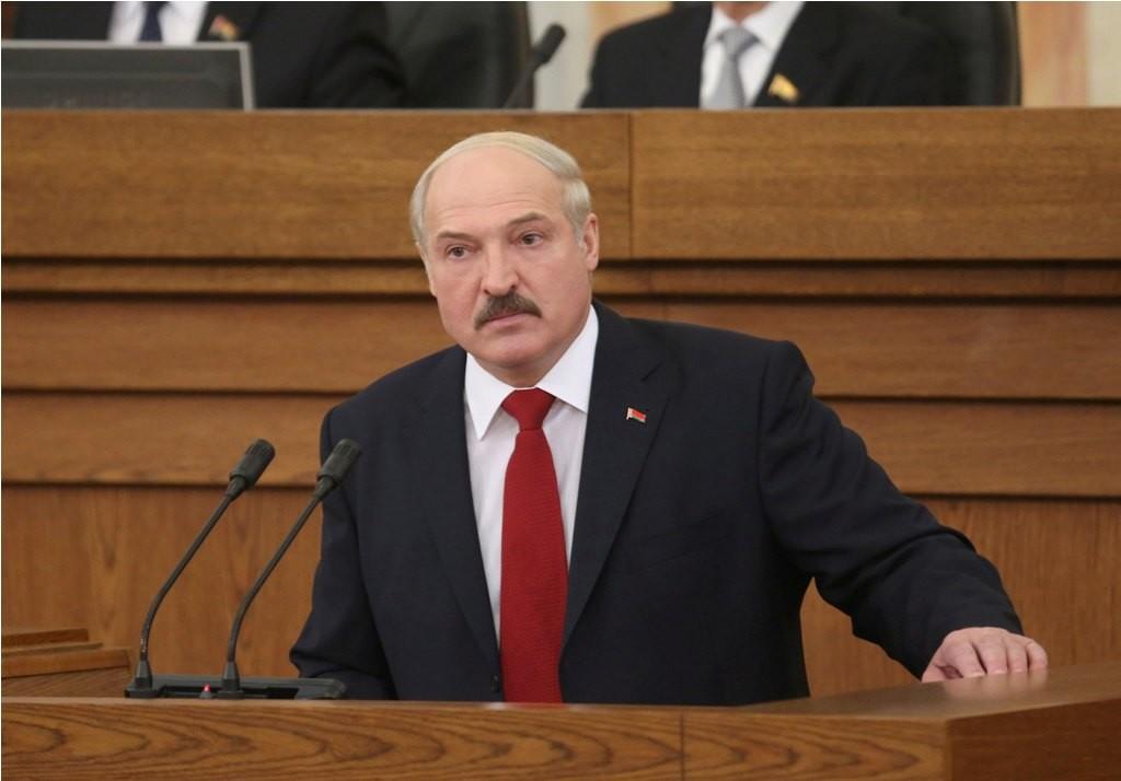 «Зарплата вырастет в два раза». Сравниваем обещания Лукашенко во всех его предвыборных программах