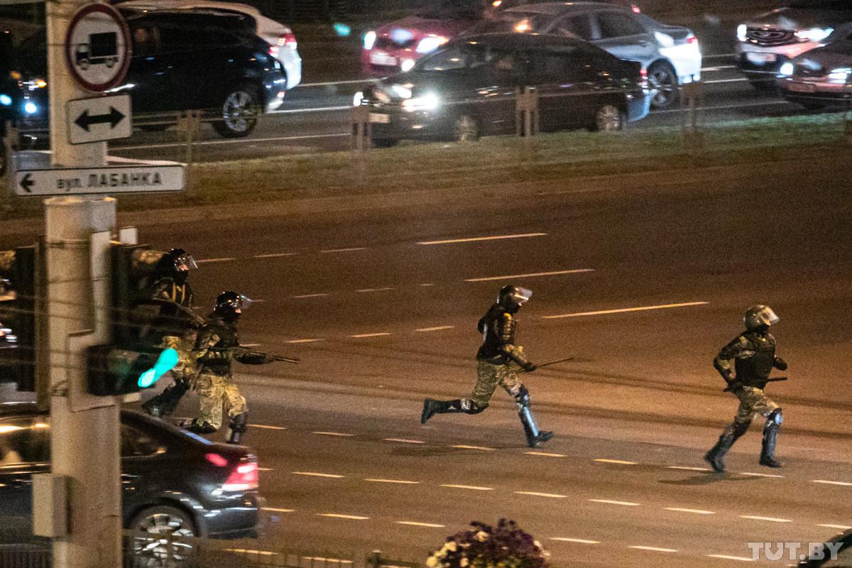 Силовики с оружием, избиение водителей и хапун во дворах. Третий день протестов в Минске — в фото и видео
