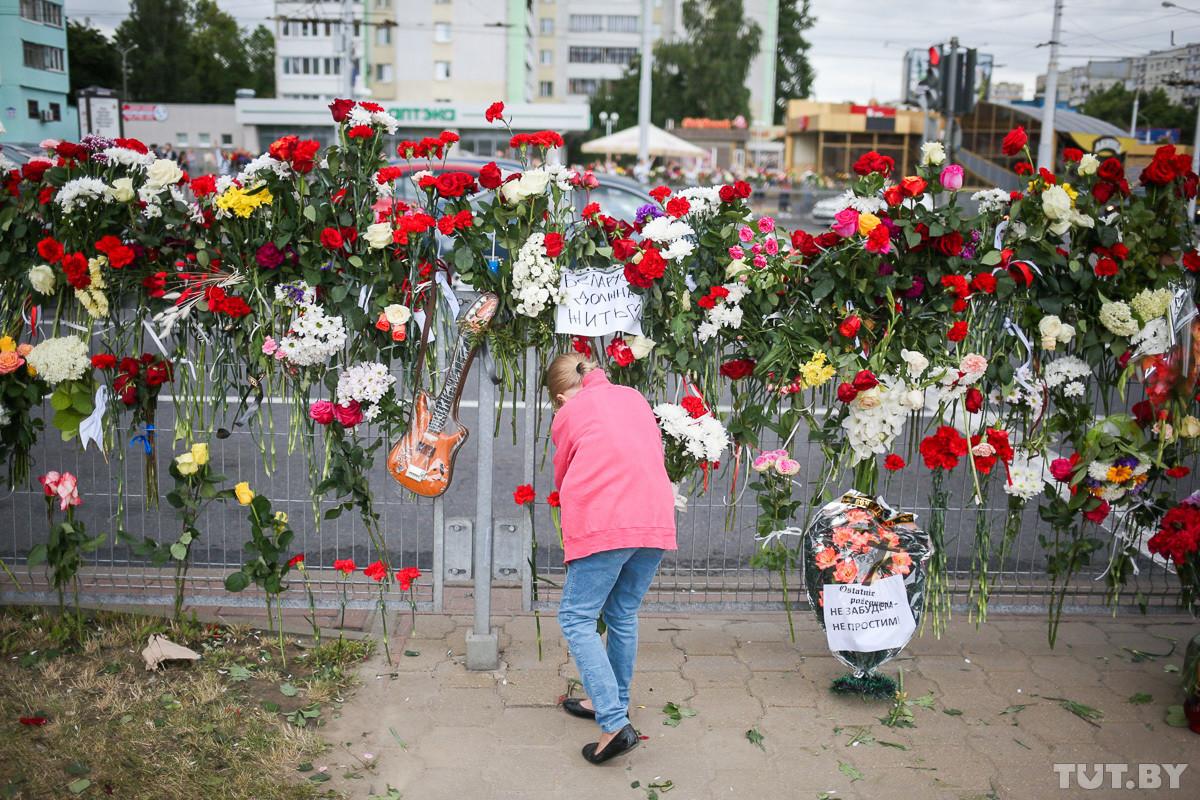 Тысячи девушек с цветами, солидарность медиков и «грустный» министр. Четвертый день протестов — в фото