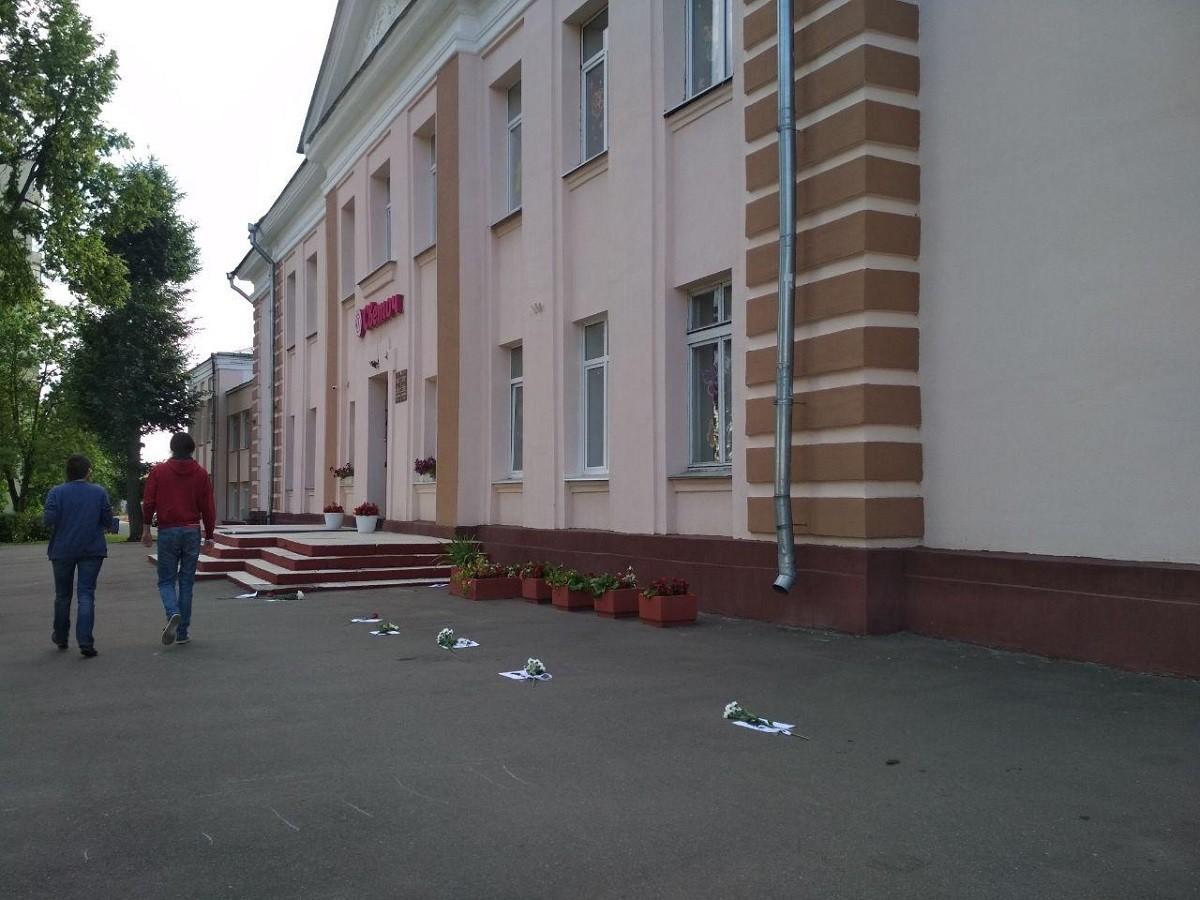 Люди несут свои грамоты, медали, цветы и венки к школам и гимназиям, где были избирательные участки