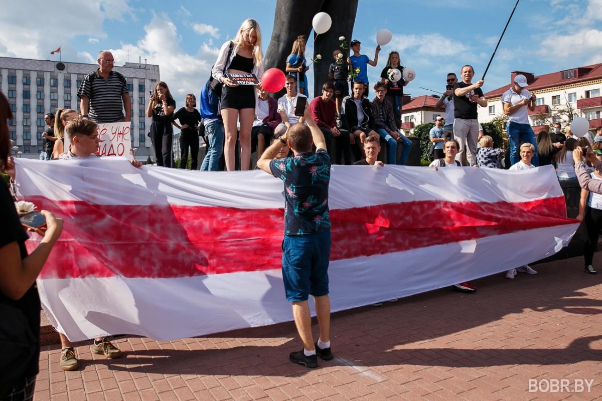 Больше сотни людей на площади и прощание с погибшим на протестах Александром Тарайковским. Фоторепортаж