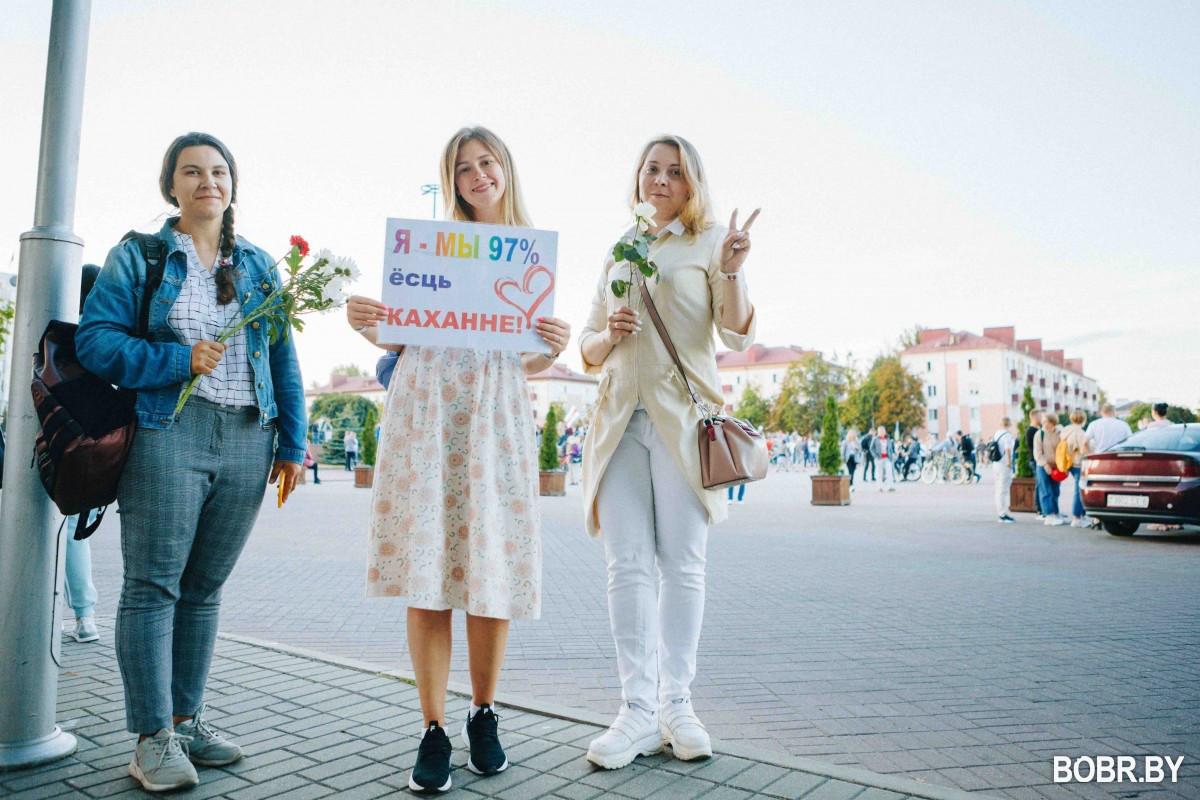 В Бобруйске третий день проходит женская цепь солидарности. Фоторепортаж