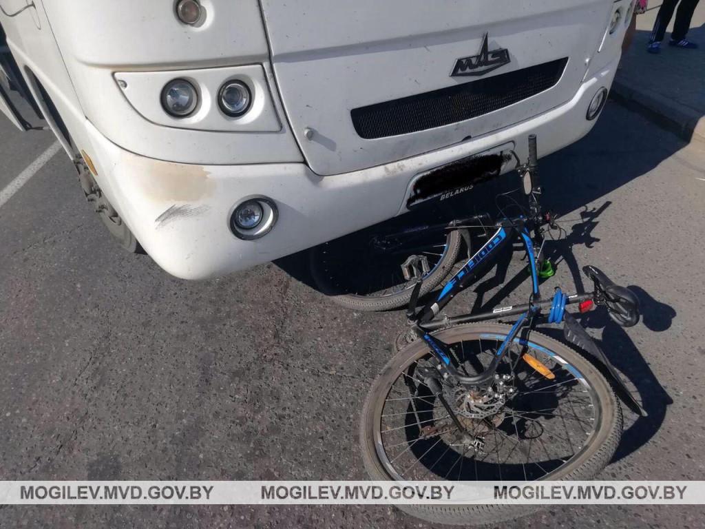 Автобус сбил велосипедиста в Бобруйске. Видео аварии