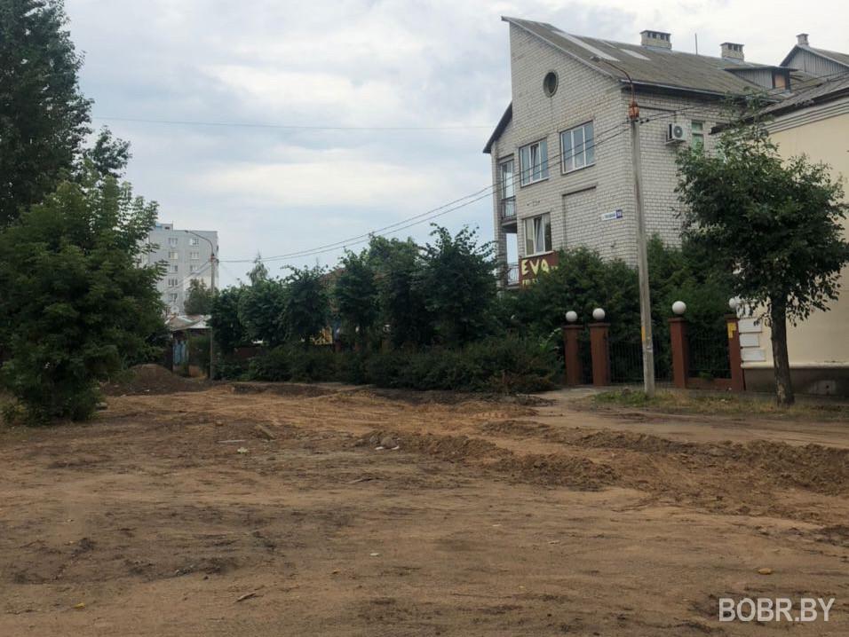 На улице Чонгарской уже больше двух месяцев никто не берётся за восстановление дороги.