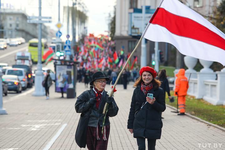 В Минске одновременно прошли два марша пенсионеров – противников и сторонников Лукашенко