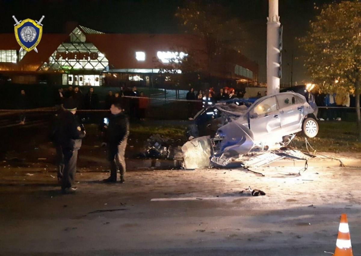 Жуткое ДТП в Минске: автомобиль врезался в столб и развалился на части. Никто не выжил