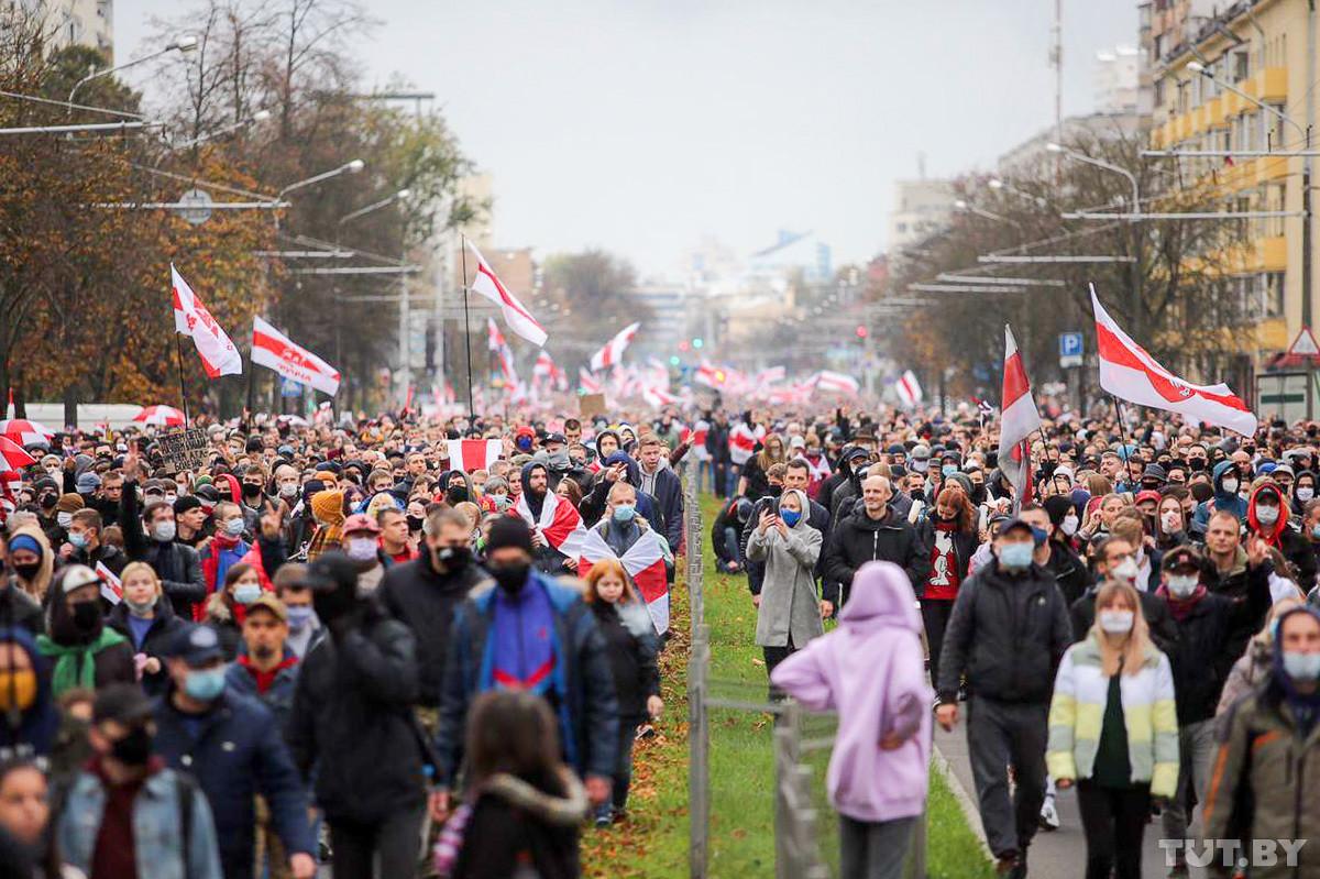 Сто тысяч на марше, стрельба и взрывы, силовики в квартире. Воскресные протесты в фото и видео