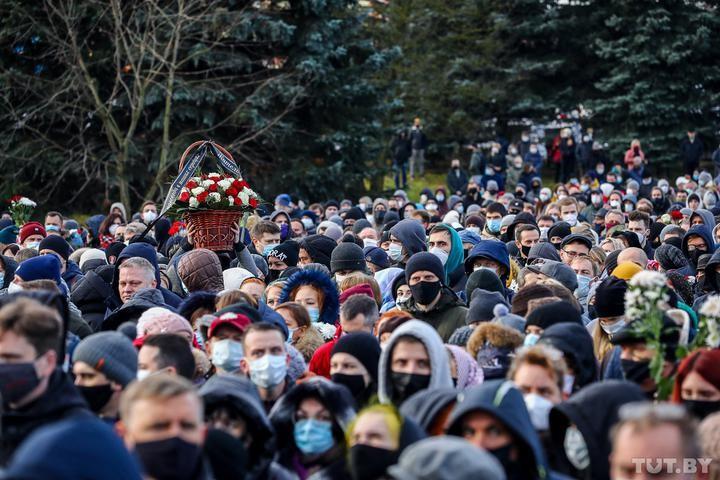 В Минске простились с Романом Бондаренко — пришли тысячи человек