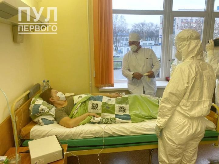 Лукашенко впервые появился в медицинской маске. Но пренебрег правилами ее ношения