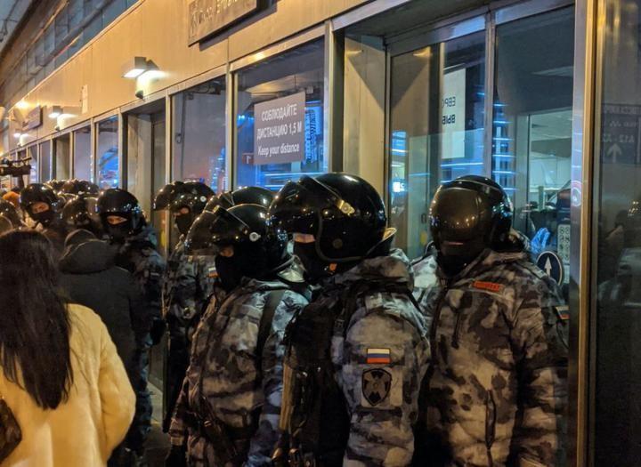 «Здесь мой дом, я не боюсь». Алексей Навальный вернулся в Россию — и сразу был задержан