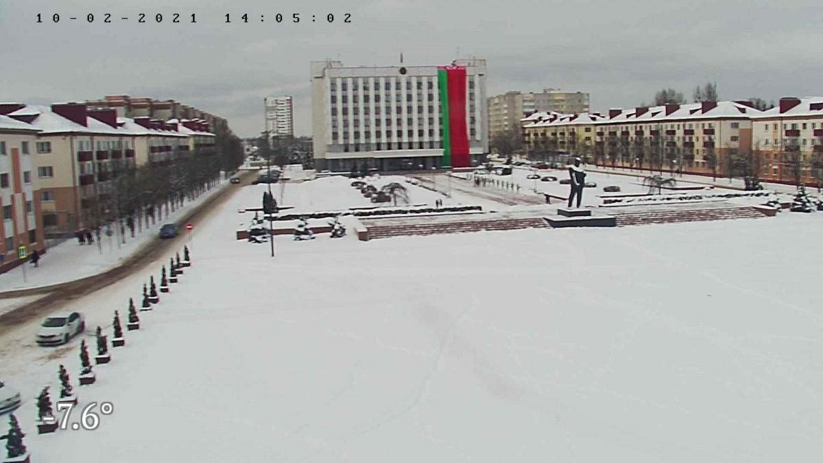 На здании Бобруйского горисполкома вывесили огромный красно-зеленый флаг — но что-то с ним не так