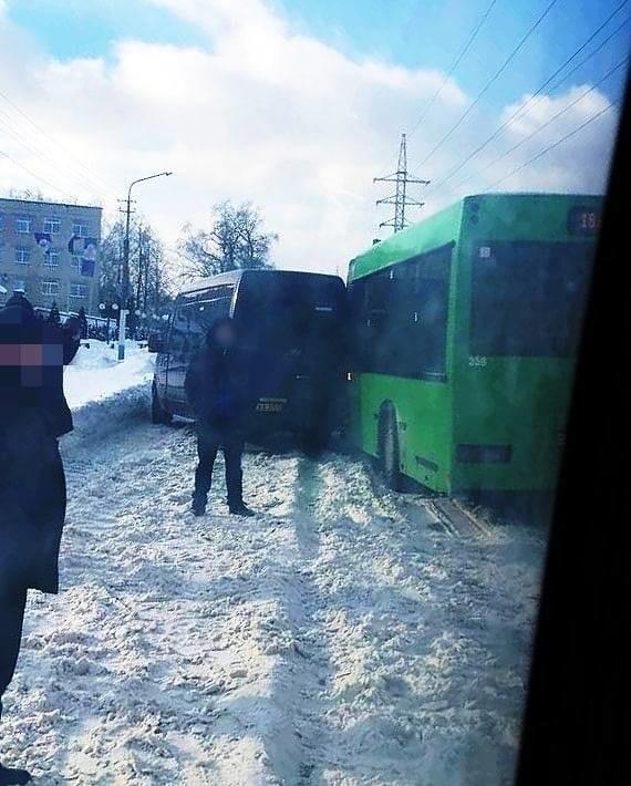 В Бобруйске на нерасчищенной дороге автобус и маршрутка не смогли разъехаться