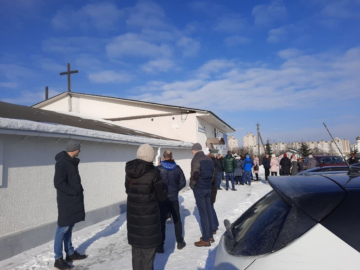 Судебные исполнители с милицией выселяют церковь «Новая жизнь». Чтобы попасть внутрь, спилили замок