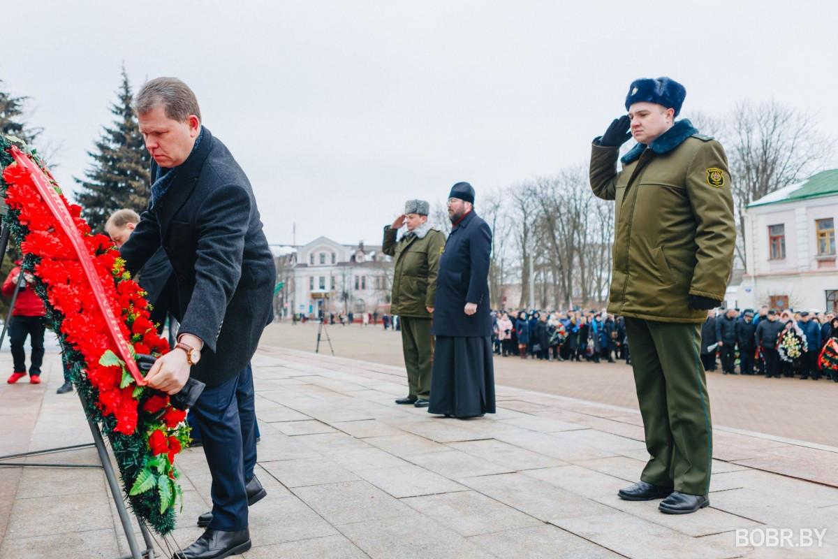 На площади Победы почтили память погибших в годы Великой Отечественной войны