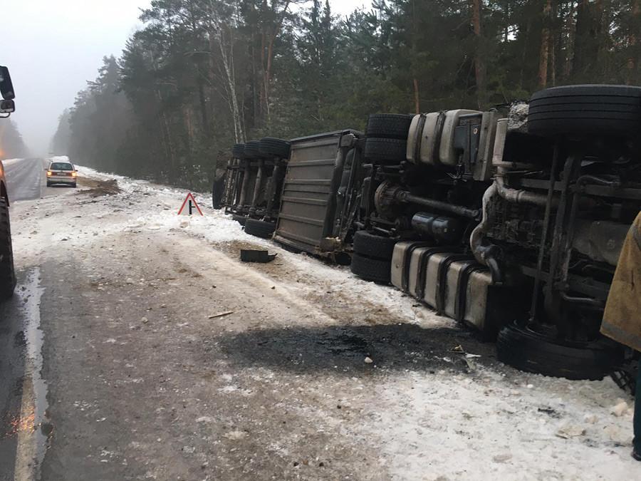 В районе по Глусскому шоссе опрокинулась фура. Спасатели два часа доставали водителя