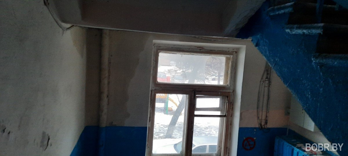 В доме №32 на улице Гоголя прорвало батарею, или тает заледенелая вода?
