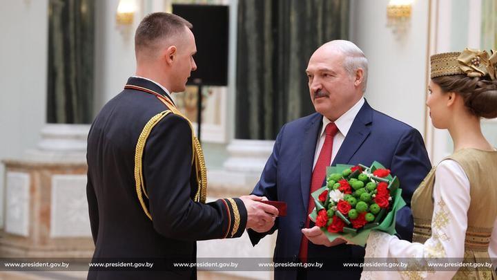 Лукашенко вручил госнаграды и генеральские погоны «отряду армии добра»