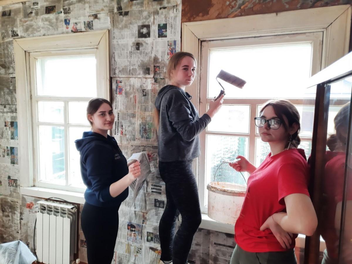 Волонтеры движения «Милосердие» помогли пенсионерке с ремонтом дома после пожара