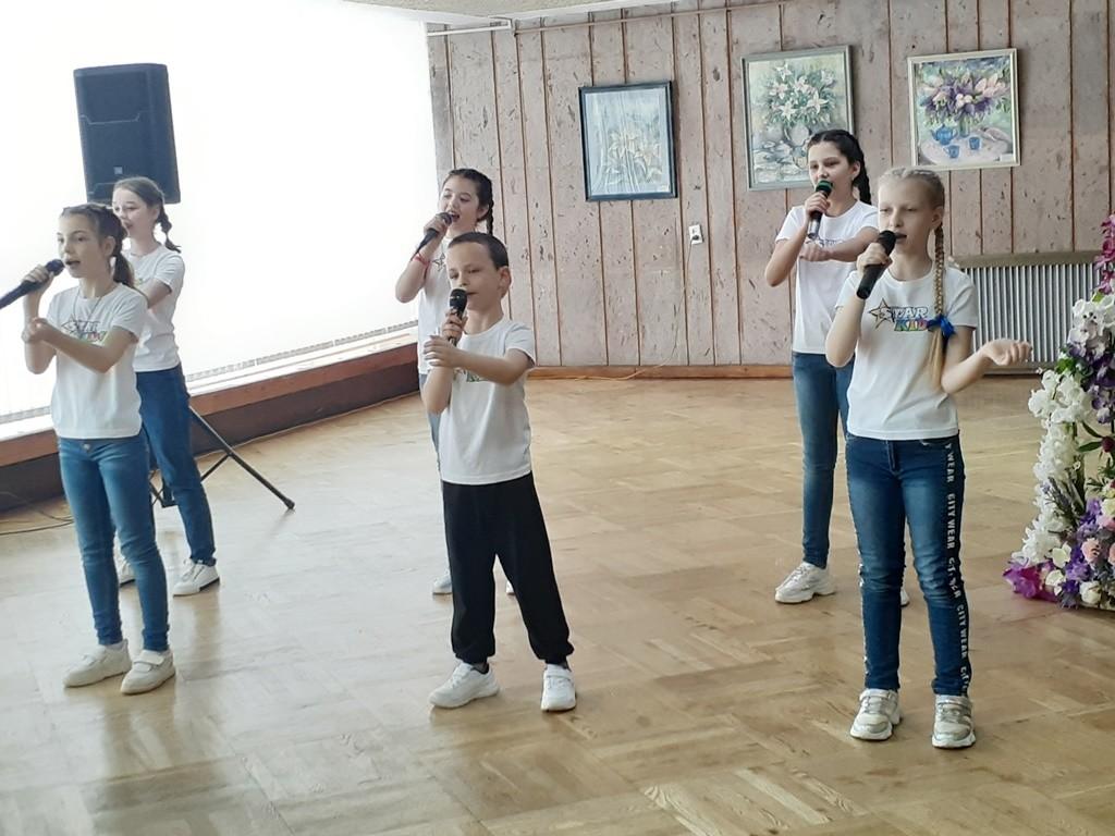 Музыкальный мир гармонии и красоты коллективы художественного творчества Дворца искусств подарили зрителю.