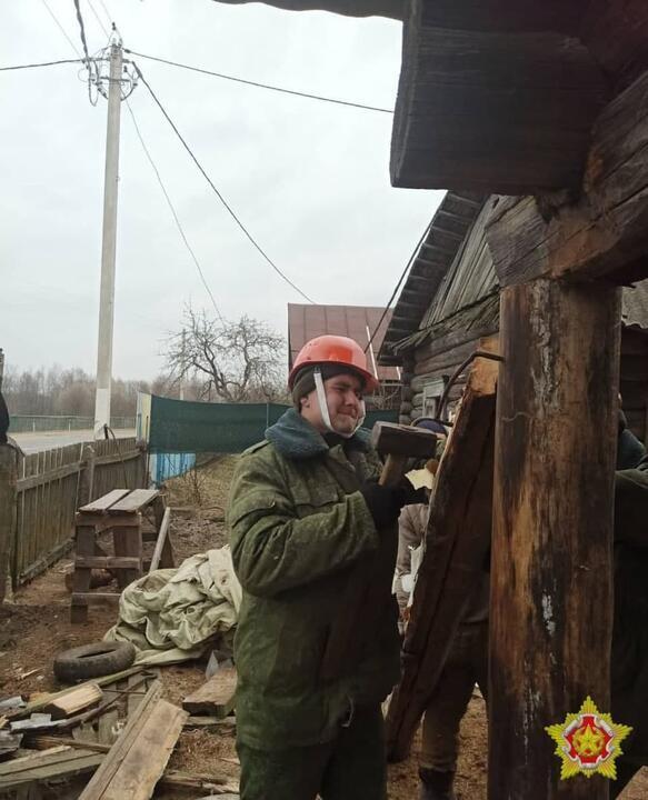 Военные начали ремонтировать дом под Осиповичами, в который въехала их ракетная установка
