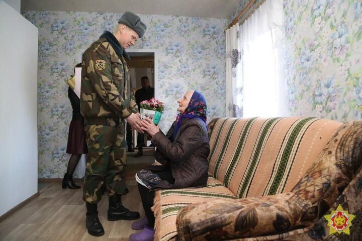 Дом под Осиповичами, в который въехала ракетная установка, отремонтировали. Военные и жильцы рассказали как
