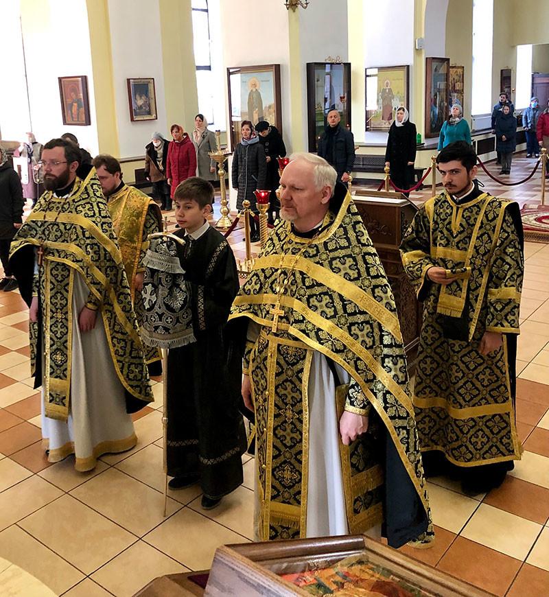 Епископ Серафим совершил литургию Преждеосвященных Даров в Никольском кафедральном соборе