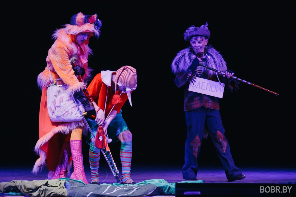 В театре Бобруйска показали сказку «За таинственным очагом»