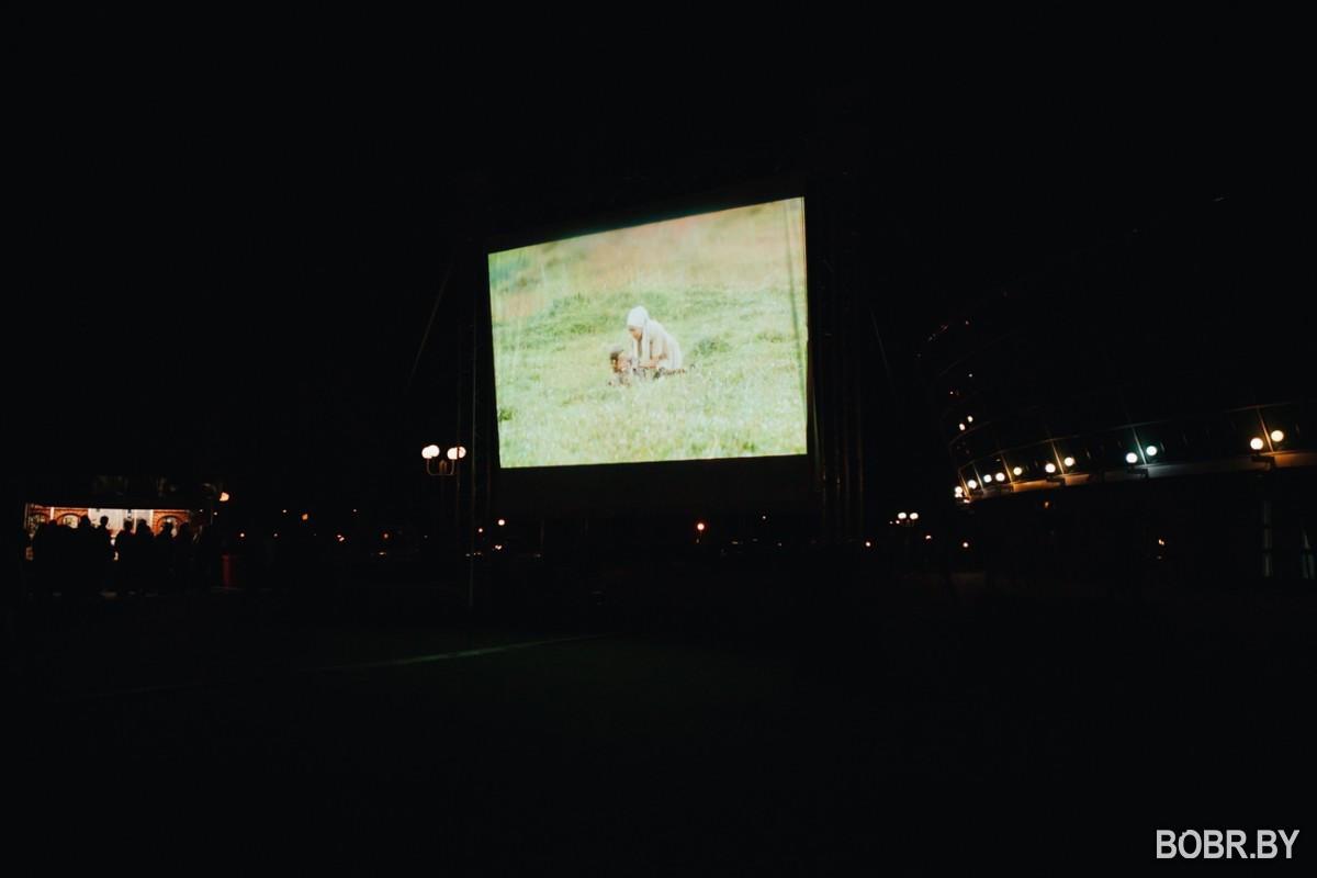 Возле Бобруйск-Арены состоялся кинотеатр под открытым небом и праздничный салют