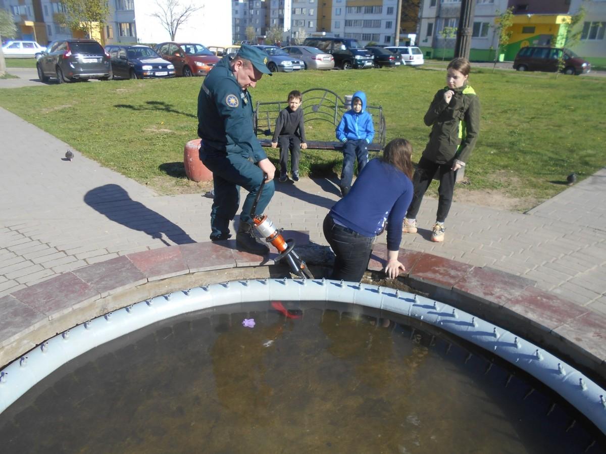 В Бобруйске у 11-летней девочки в фонтане застряла нога. Понадобилась помощь спасателей