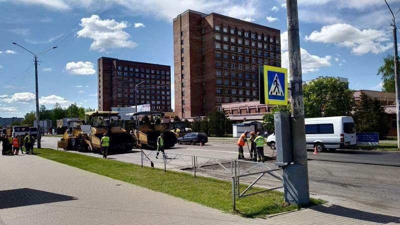 Минус одна проблемная улица в Бобруйске: на «50 лет» укладывают асфальт