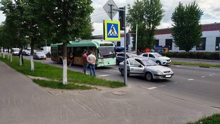 В Бобруйске троллейбус «догнал» легковушку, направлявшуюся в столицу
