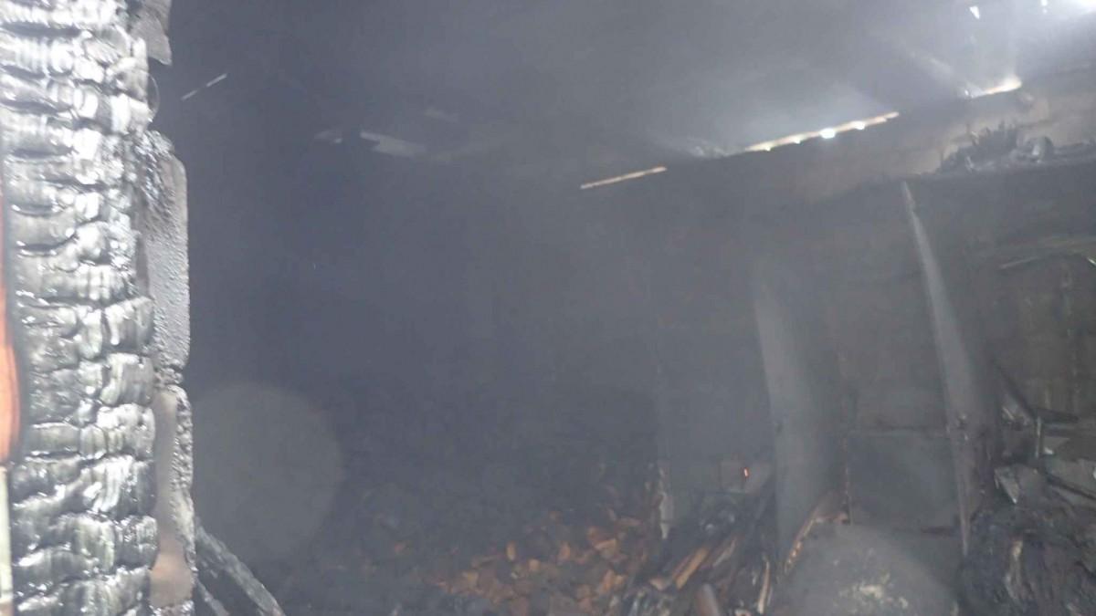В Бобруйске улице 9 мая горела хозпостройка. Вероятная причина пожара — непотушенные угли
