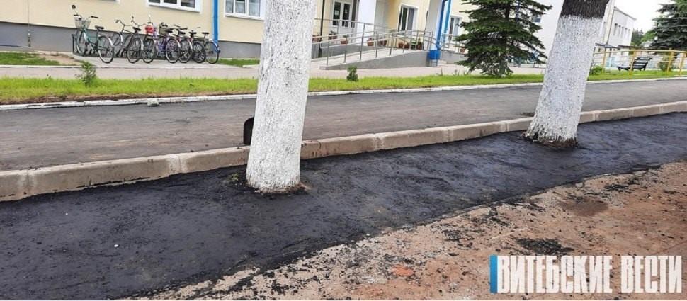 Зато аккуратно. В белорусском поселке заасфальтировали газон вместе с деревьями