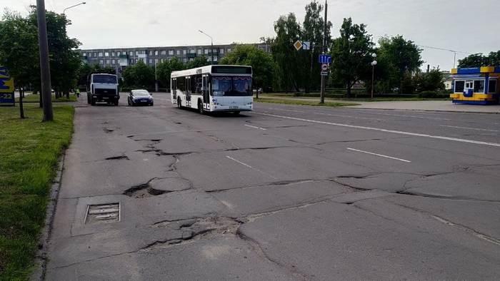 На Интернациональной в Бобруйске укладывают асфальт. Но «прыгать» на ямах по пути на вокзал пока все равно придется