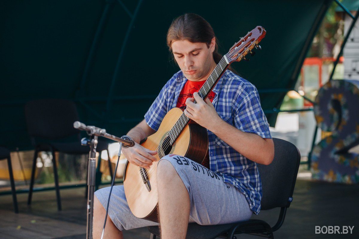 """В городском парке состоялся конкурс """"Пой, гитарная струна!"""""""