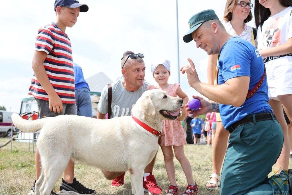 «Квест МЧС», поисковые собаки и выступления спортсменов: спасатели приняли участие в «Вытокi. Крок да Алiмпу»