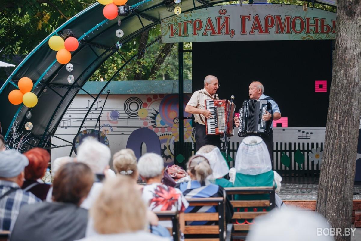 """Конкурс """"Играй, гармонь!"""" состоялся в городском парке. Фоторепортаж"""